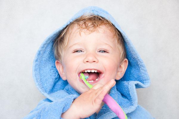 Kleiner Junge mit Zahnbürste