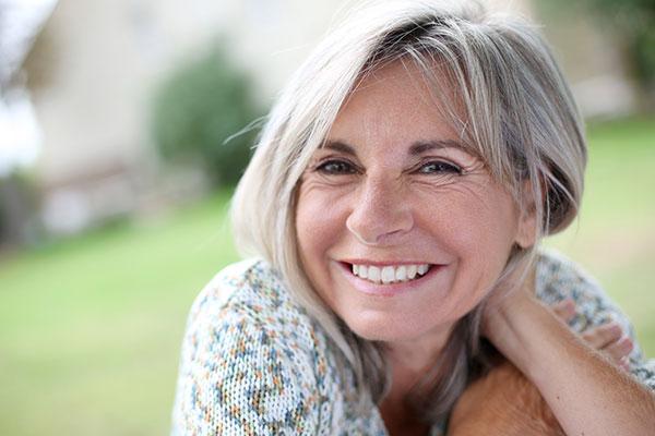 Ältere Frau mit schönem Lächeln